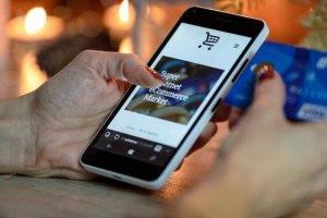 holiday-shopping-smartphone